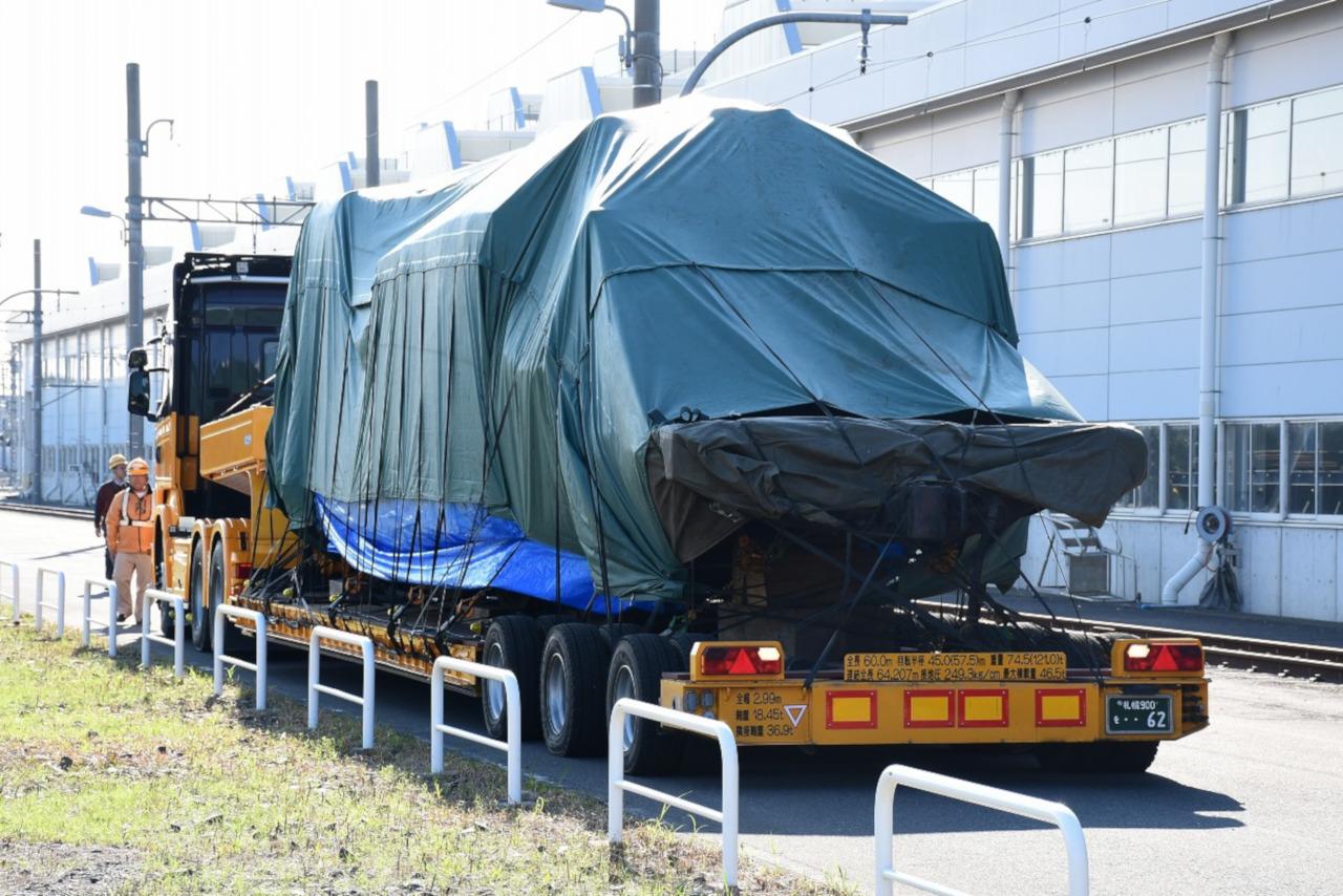 トレーラーに積載され、南栗橋車両管区に到着したC11。