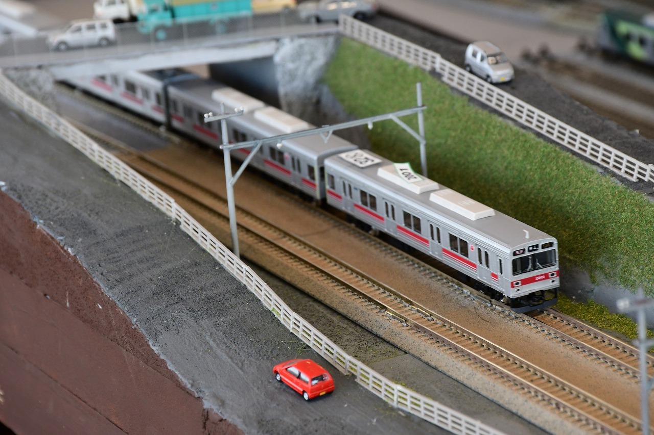 長津田~中央林間間の築堤。鉄道公団P線らしい雰囲気を再現していました