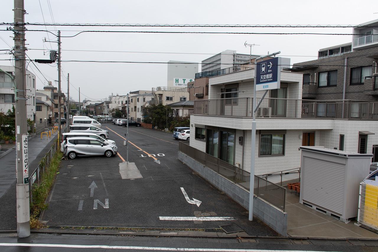 旧羽田空港駅の跡地。線路跡地は、現在は駐車場などに転用されています
