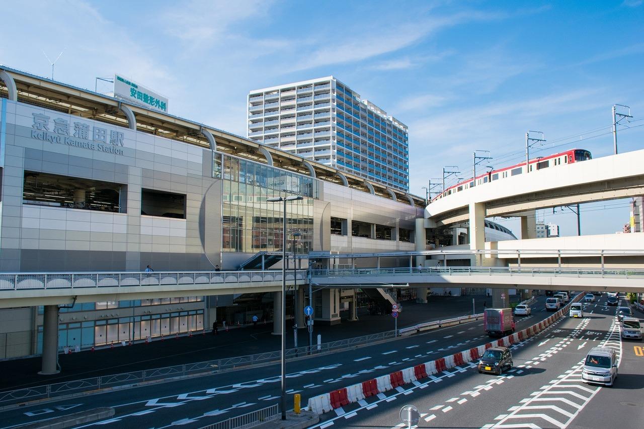 高架化された京急蒲田駅。駅付近の踏切除去のみならず、ホーム増強や空港線のカーブ半径緩和などにより、大幅に機能が向上しました