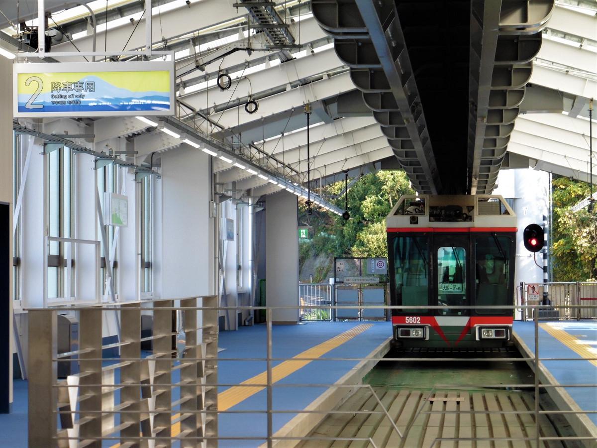 湘南江の島駅ホーム。ホームは、山の中腹をトンネルで抜けた先にあり、標高で30メートル近い位置にあります。写真左が降車専用の2番線。右は乗車専用の1番線です。