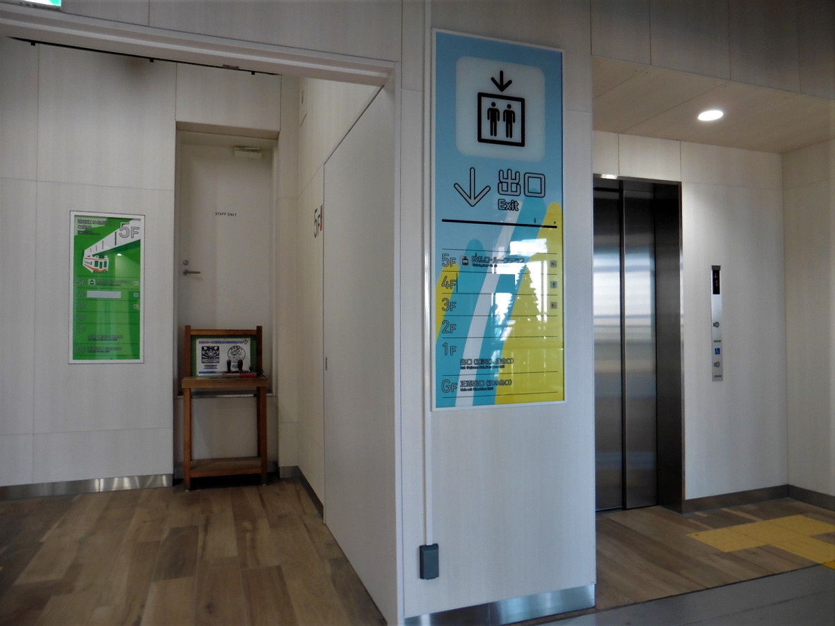 エレベーターは、駅ビルの東側にあります。地上階~1階~5階がエレベーターでつながり、バリアフリールートが確保されました。写真は改札階(5階)の様子。