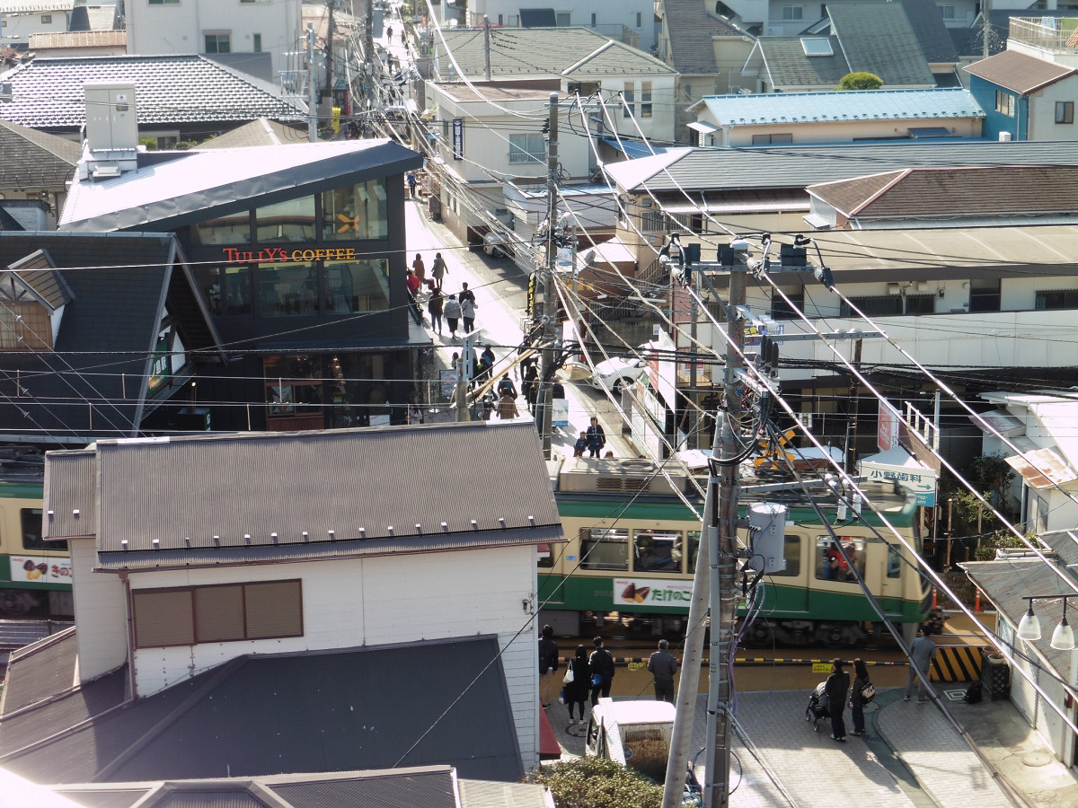 ルーフテラスの南側では、江ノ島電鉄の江ノ島駅が間近に見下ろせます。踏切を越えた先を進むと、片瀬東浜海水浴場や江の島に出ます。