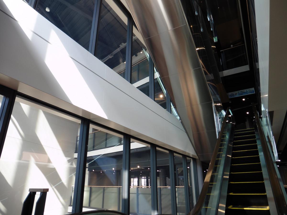 上りエスカレーター(2階→3階)。エスカレーターは、1階~4階では上りと下りで別々の場所に設けられています。上りと下りのエスカレーター間を結ぶルート上には、各階でテナントが入る予定です。