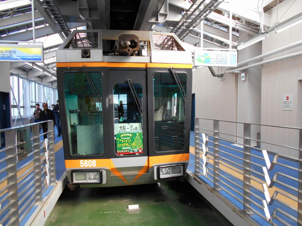 湘南江の島駅に停車中の「シュテルン号」。「湘南イエローライン」(5607編成)が使われています。