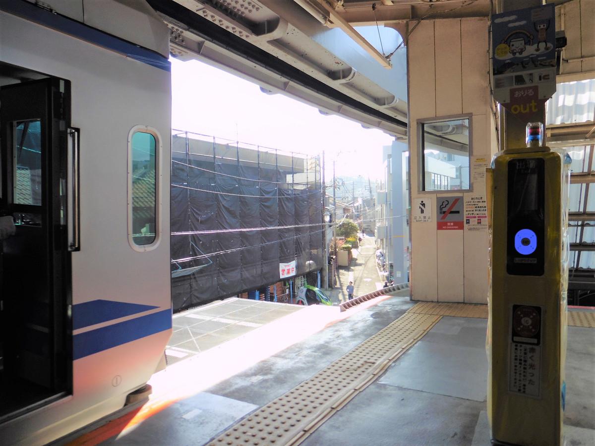 湘南深沢駅ホーム。ホーム上に、出場用の簡易改札機があります。入場用は、出入口の階段途中に設置されています。こうした簡易改札機は、目白山下駅、片瀬山駅、富士見町駅にもあります。