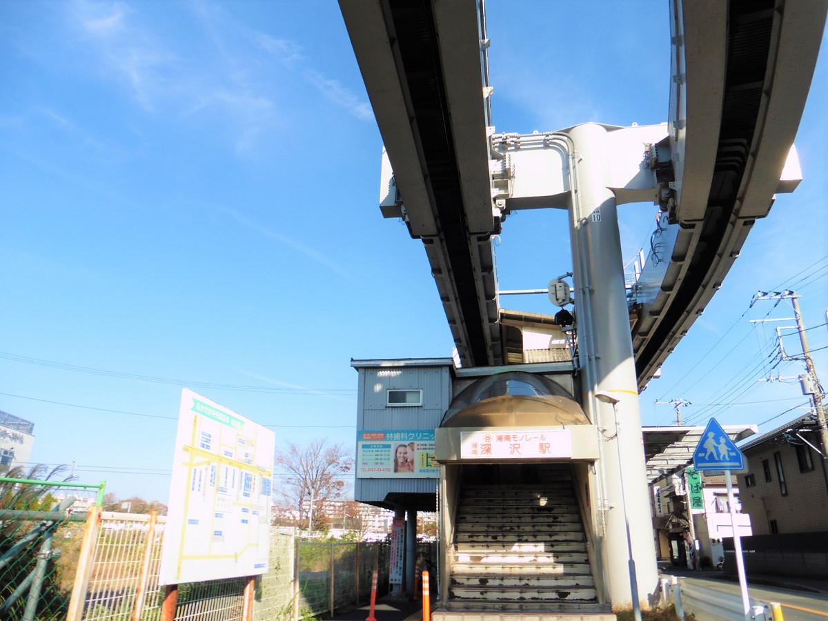 湘南深沢駅外観。地上とホームを結ぶのは階段のみで、現時点ではバリアフリー対応はされていません。バリアフリー化に向けた整備計画はあり、ホーム増設とあわせ、エレベーターが設置される予定です。