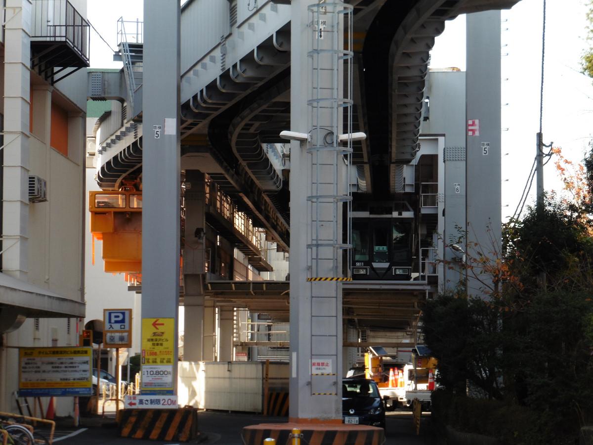 車両基地の様子。待機中の車両は、「湘南ブラックライン」(5611編成)です。湘南モノレールの本社は、この車庫の奥にあります。
