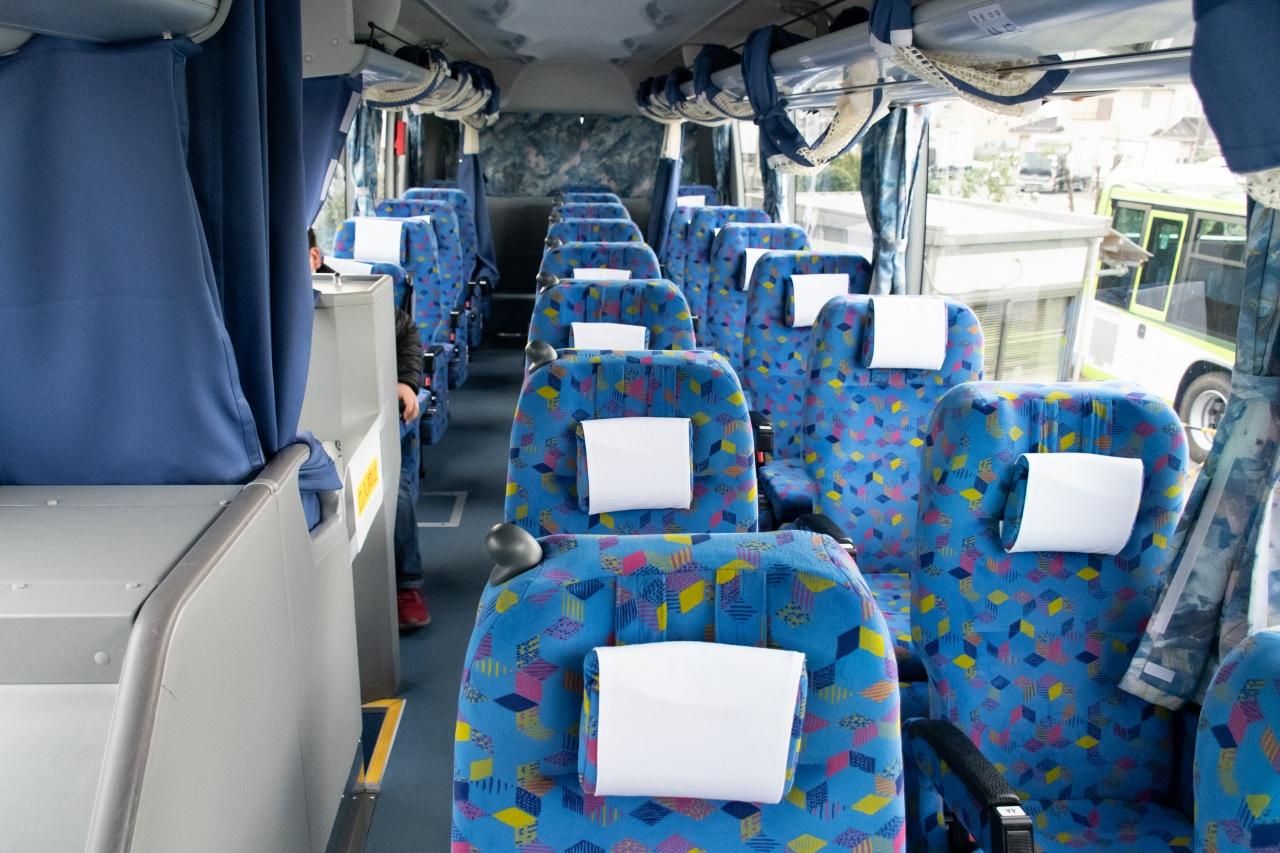 国際興業バスの3列シート車両。左側の覆いがある部分には、トイレが設置されています