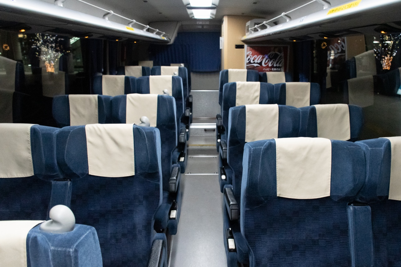 4列シート車の車内(イメージ)。写真の車両は、補助席を廃して座席幅を広くしたタイプを採用しています