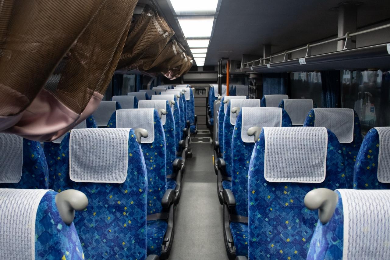 JRバスの「青春エコドリーム」に使用されるエアロキングの車内(イメージ)。リクライニング角度は標準以上と言えるものの、天井は低く座席間隔も詰められており、窮屈さがあります。値段と快適性がトレードオフとなるつくりです