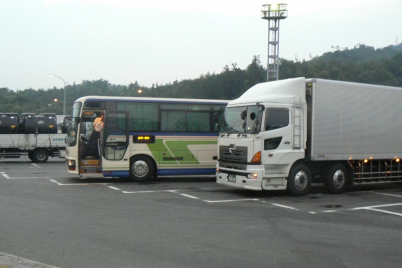 宮島サービスエリアにて休憩する、中国バスの「広福ライナー」