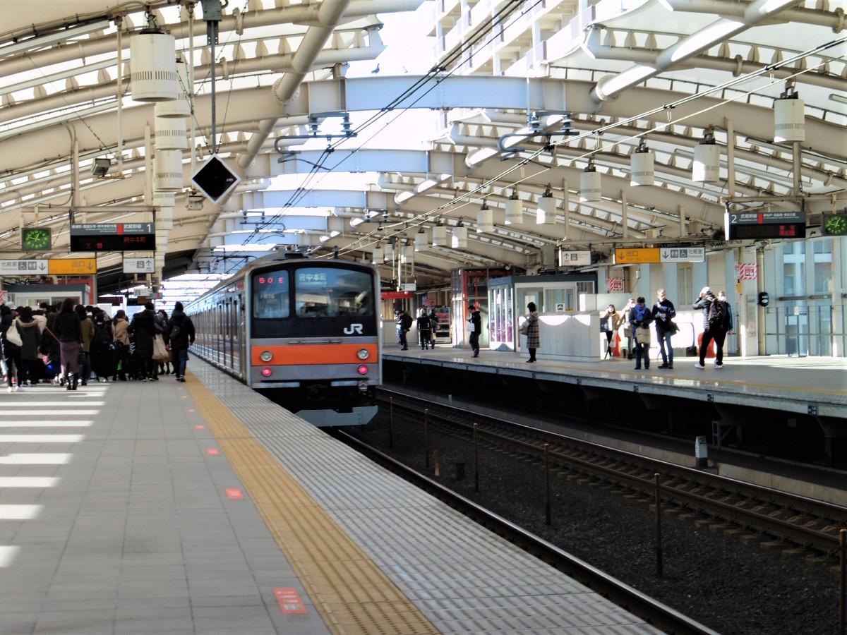 越谷レイクタウン駅は、2面2線の高架駅。2017年度の1日平均乗車人員は2万7000人を超え、JR東日本の駅では155番目にランクしています。