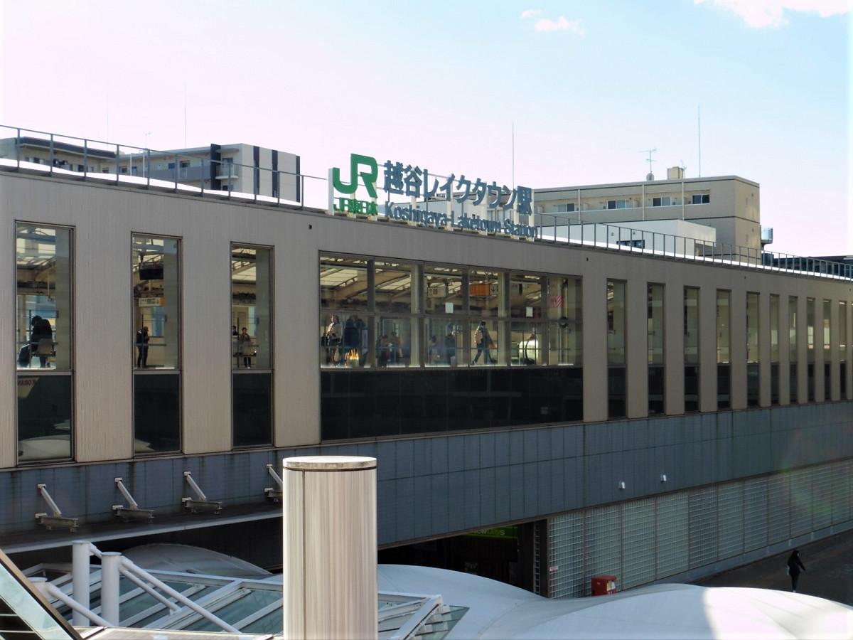 駅北口に隣接する大型複合商業施設側から撮影した越谷レイクタウン駅。同商業施設には、休日を中心に多くの利用者が訪れます。