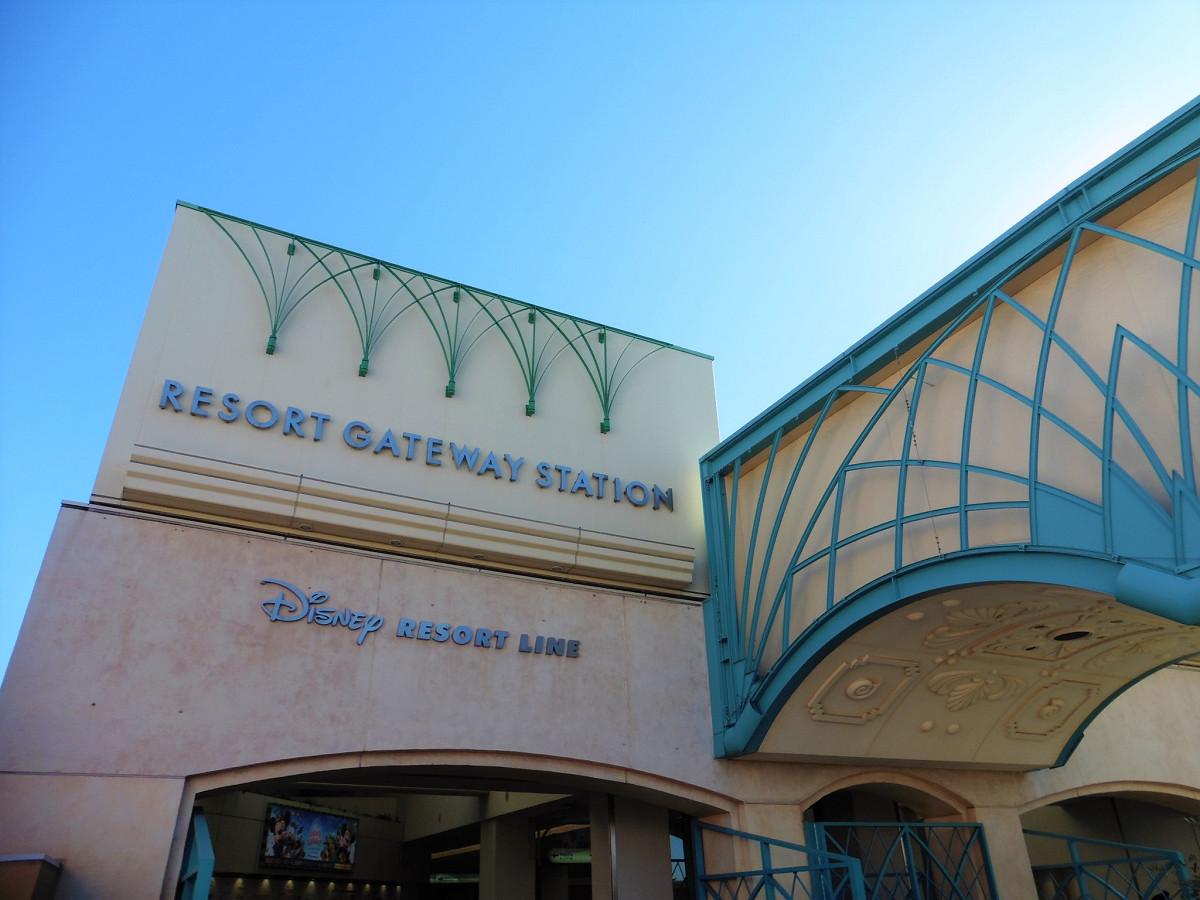 「ゲートウェイ」が付く駅として忘れてはならないのが、舞浜リゾートラインが運営するディズニーリゾートライン「リゾートゲートウェイ・ステーション」(RESORT GATEWAY STATION)駅。同線にはほかに、東京ディズニーランド・ステーション、東京ディズニーシー・ステーション、ベイサイド・ステーションの各駅があります。