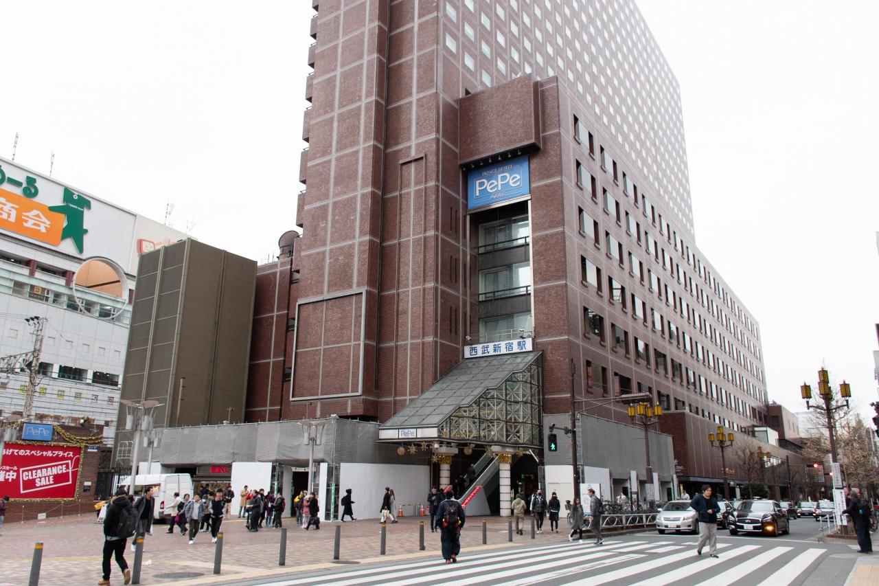 他路線と離れた場所に位置する西武新宿駅