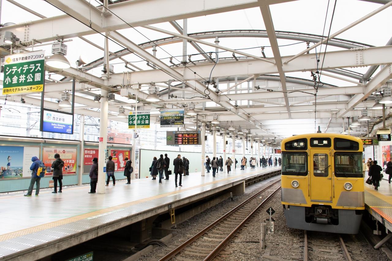 2019年現在の西武新宿駅。10両編成対応2面3線と、ターミナル駅としては小規模ですが、それでも国鉄新宿駅への乗り入れが叶った場合よりは広いスペースを有しています