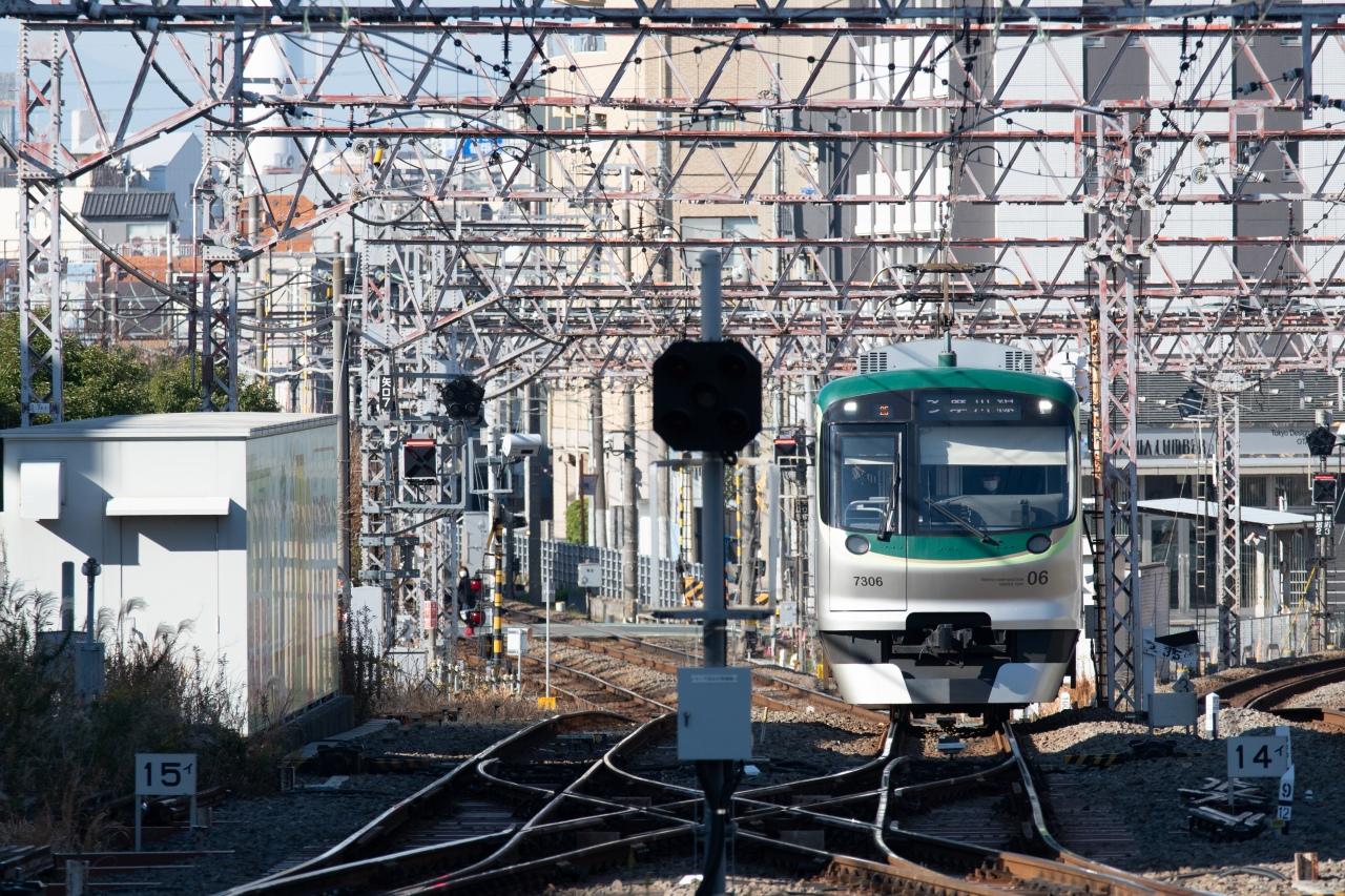蒲田駅に入線する東急多摩川線の列車。蒲蒲線が開業すると、この区間は地下化され、地上には連絡線のみが残されます