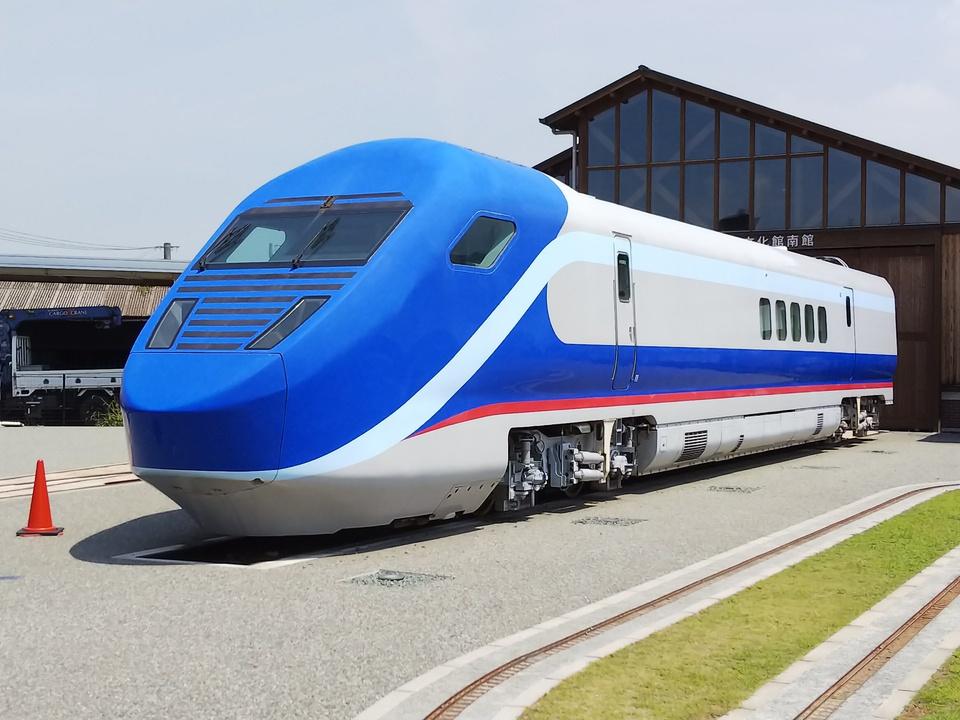 鉄道総合技術研究所が開発を進めている「フリーゲージトレイン」。車両は2次試験車で、2014年からは3次試験車による試験が進められています(検銭さんの鉄道コム投稿写真)
