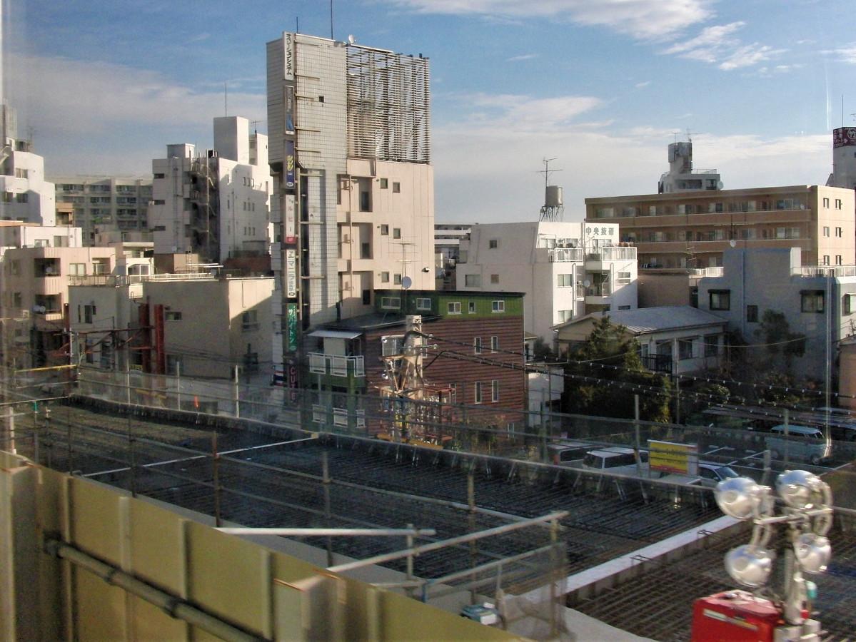 高架化工事が進む竹ノ塚駅(8:26ごろ通過)。下り線はすでに高架となり、上り線を見下ろす構図になります。