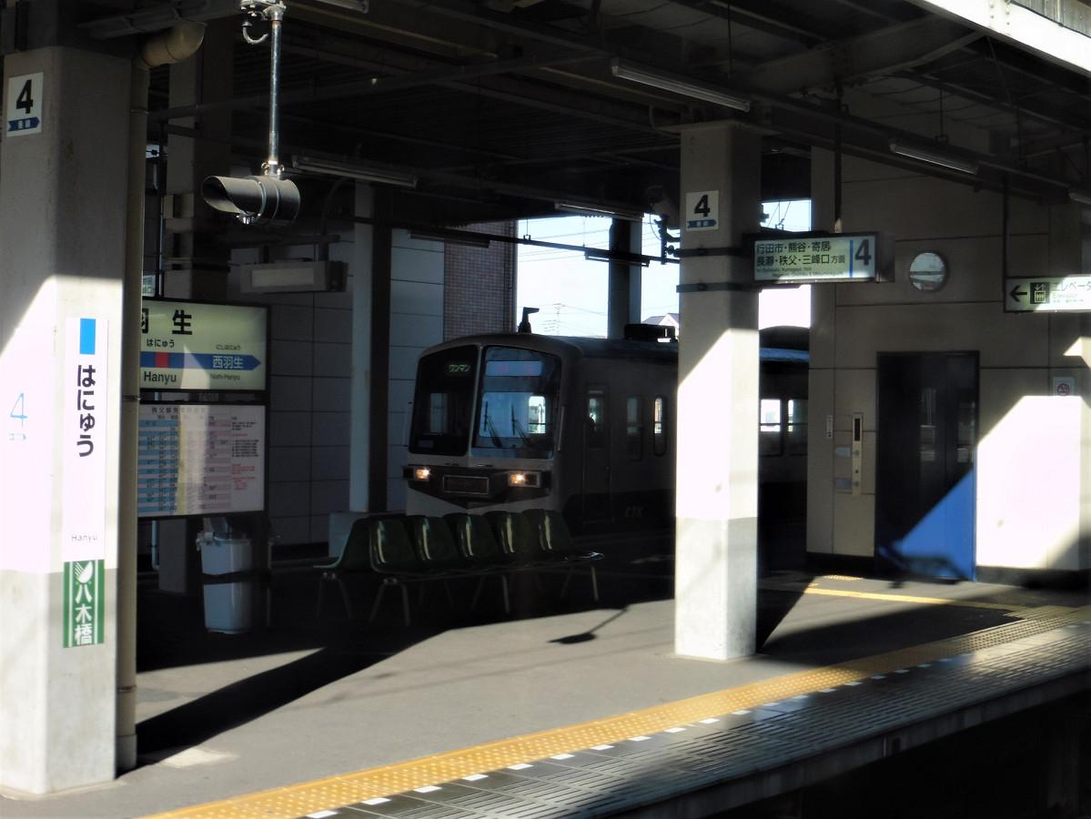 羽生駅停車中、隣の秩父鉄道ホームに入線する急行列車を撮影。車両は、急行用の6000系です。元西武鉄道の新101系を改造し、2006年に秩父鉄道での運転を始めました。