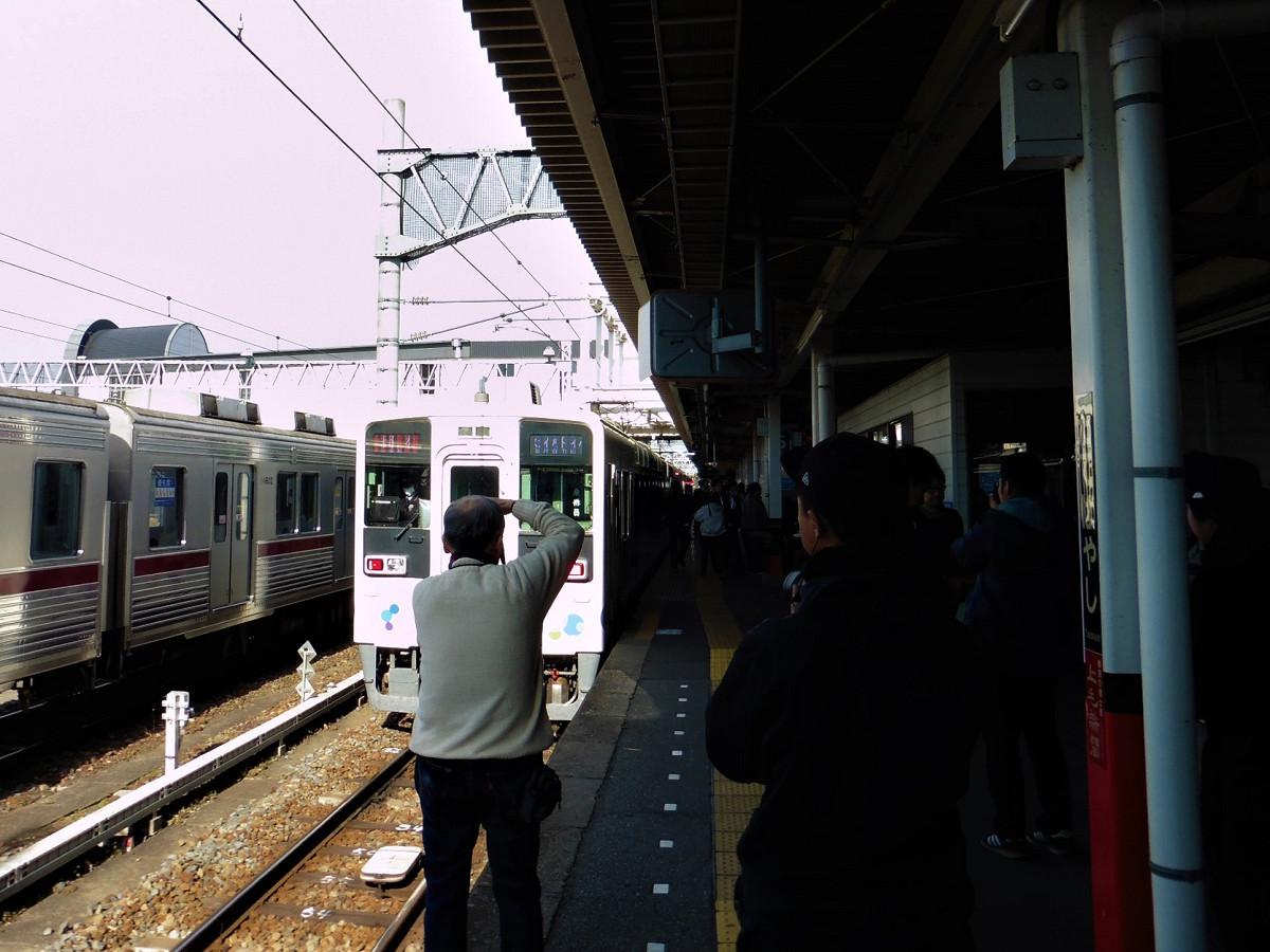 館林駅5番線に停車中のスカイツリートレインと、番組収録の様子。一般のお客さんが撮影する姿も多く見られました。