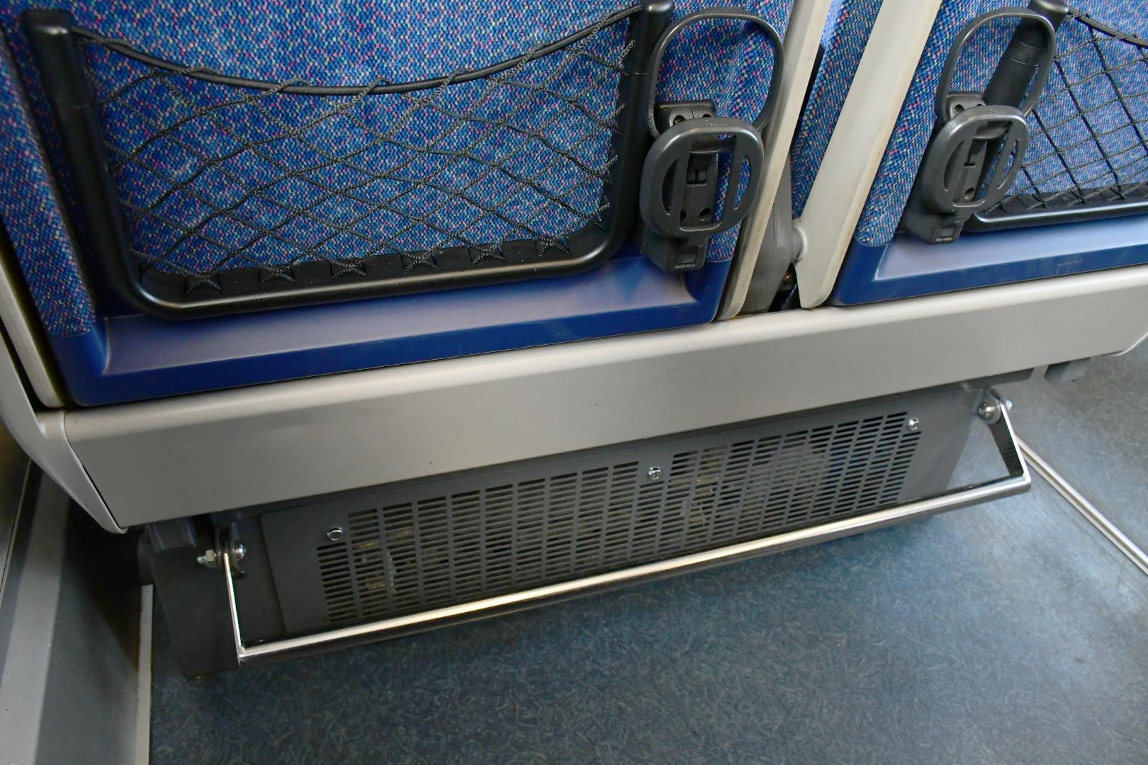 ニューレッドアローのシートピッチは1070ミリと広めですが、座席下には機器類があるため、思い切り足を伸ばすことはできません