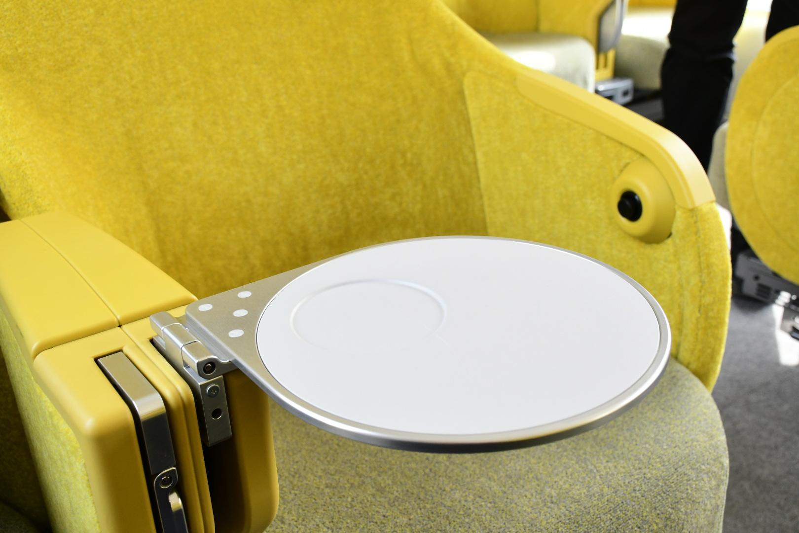 中央の肘掛け下に収納されているインアームテーブル
