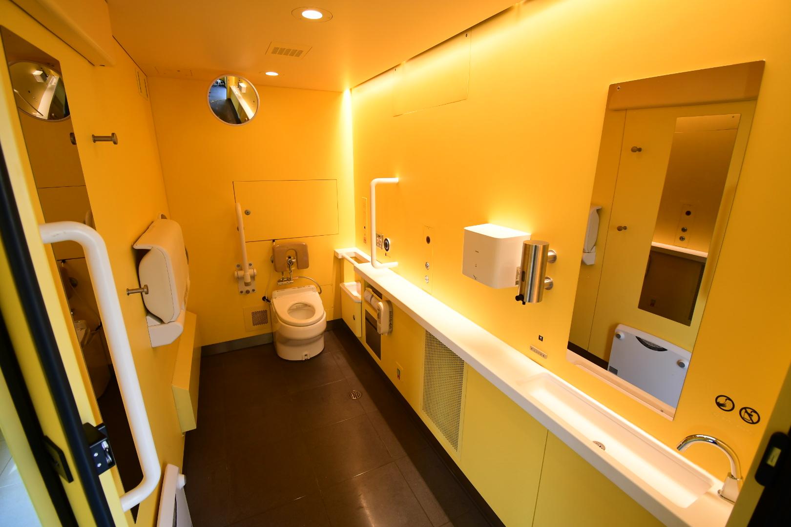 1号車の多目的トイレは、車いすでも楽に入れる大きさに
