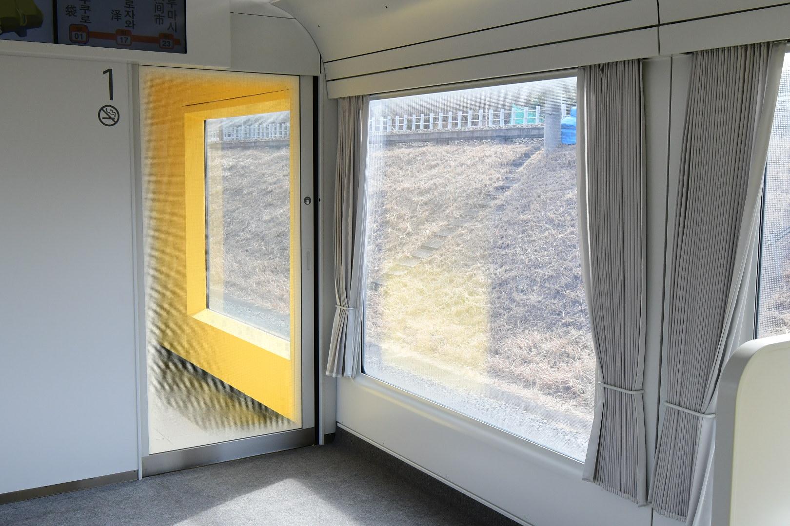 白い壁と広い窓に大型カーテンを設置する、家のようなデザインのLaview。たしかに自動販売機の設置はミスマッチかもしれません