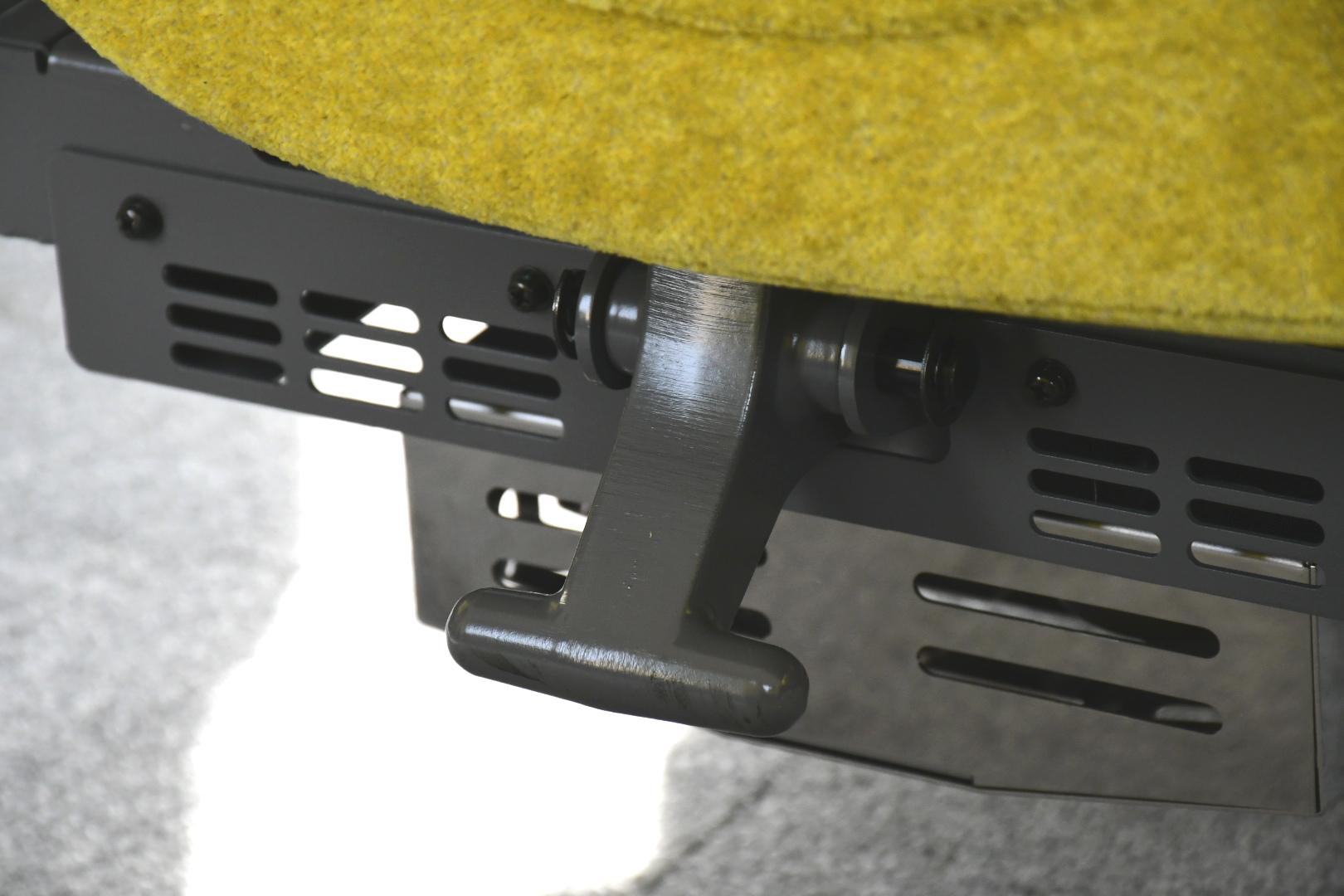 座面下にある座席回転用のバー。他の車両よりも小さめで、踏みやすいとはいえない形状です