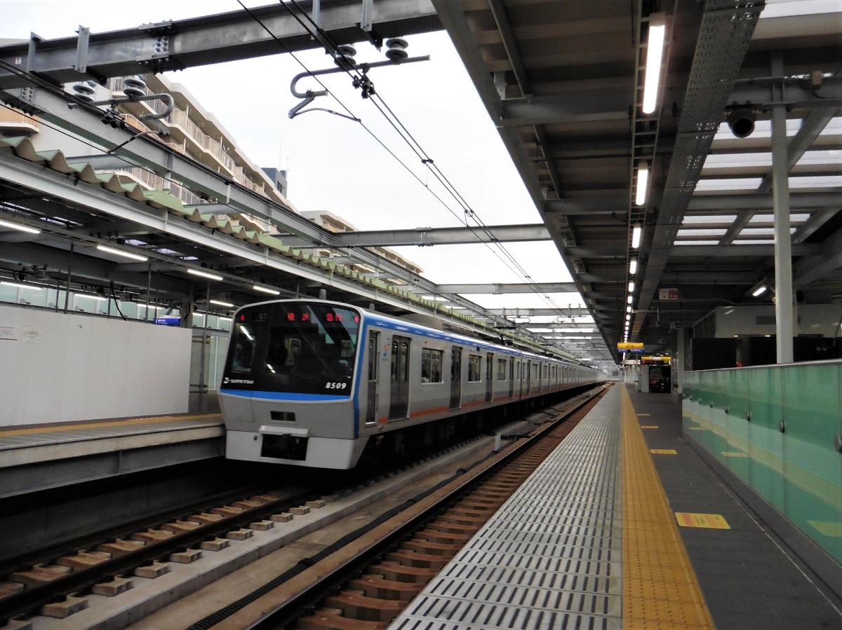上り線を走る急行列車。星川駅の高架ホームは広く、見通しが利くので、列車を見物、撮影するうえでも良好といえます。