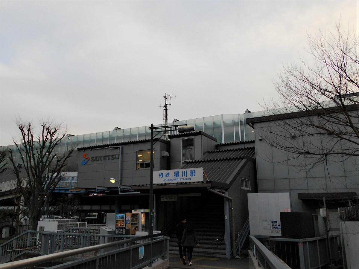 星川駅東口駅舎。階段を上った先に、西口に通じる仮設の通路があります。