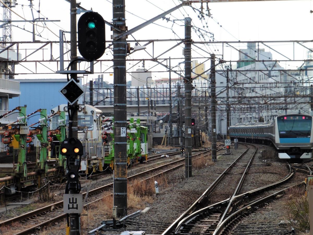 待機中の列車。磯子駅止まりの列車は、新杉田方面の線路から分岐した先の電留線に入り、次の出番を待ちます。