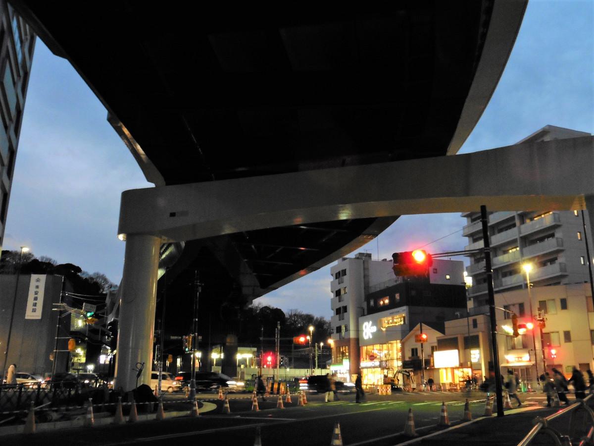 横浜シーサイドラインの延伸部。奥に京急の金沢八景駅があり、駅東口まで通じています。延伸部の長さは150メートルほどです。