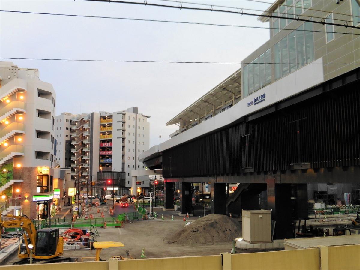 京急金沢八景駅から見た、横浜シーサイドラインの新しい金沢八景駅。駅舎は完成に近づいているのがわかります。