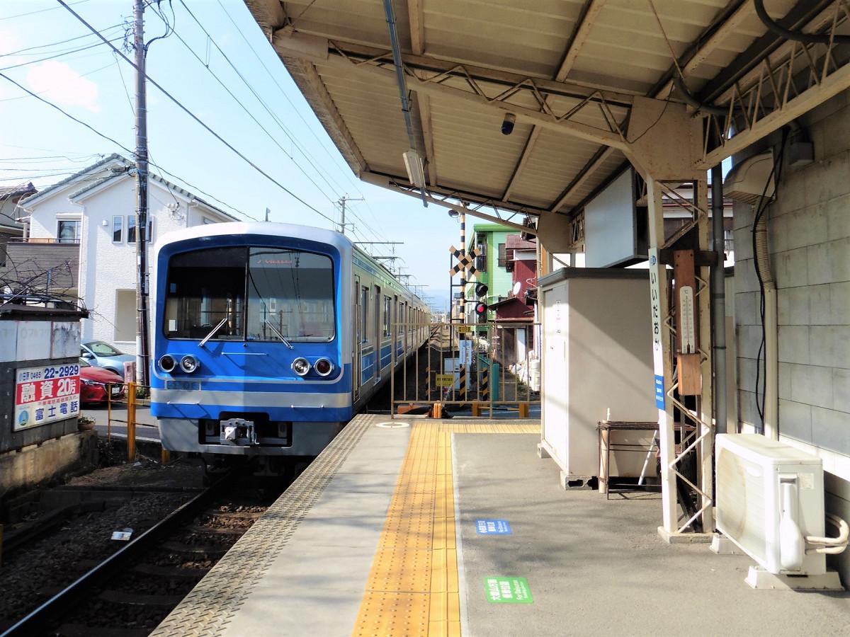 大雄山行きの列車。次の相模沼田駅の南側に、市の境界があります。