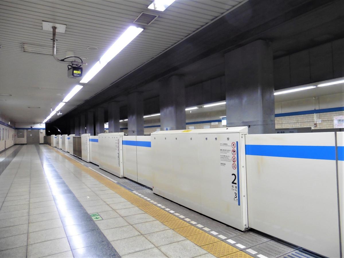 2月24日19時ごろ撮影。列車到着前でしたが、ホームは閑散としていました。