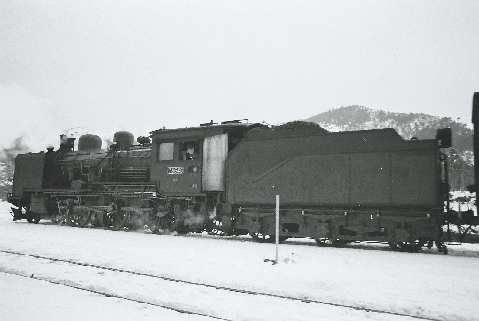 花輪線の龍ヶ森駅(現:安比高原駅)にて撮影された、盛岡機関区所属の8620形78646号。8620形の587号機です。キャブ(運転台)にカーテンが取り付けられているのがわかります。8620形のキャブは扉がない開放型ですが、東北地方や北海道といった寒冷地での運用機には、寒さや風をしのぐためのカーテンが装着されていました。