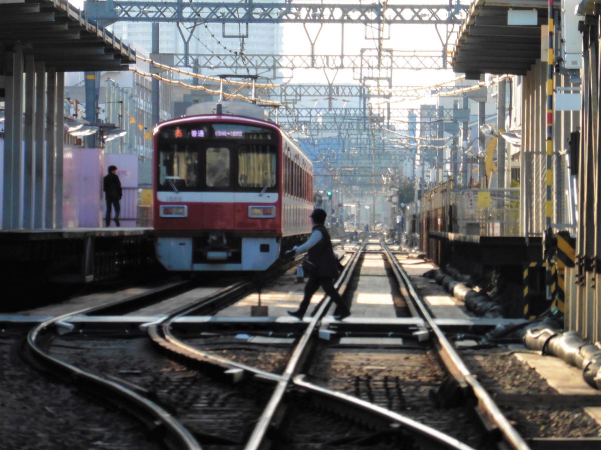 産業道路駅の東側には、県道6号線「東京大師横浜道路」があり、その踏切(産業道路第1踏切)地点から駅全体や、その先の直線区間を見ることができました。東京大師横浜道路は「産業道路」の通称があり、当駅の駅名の由来となっています。