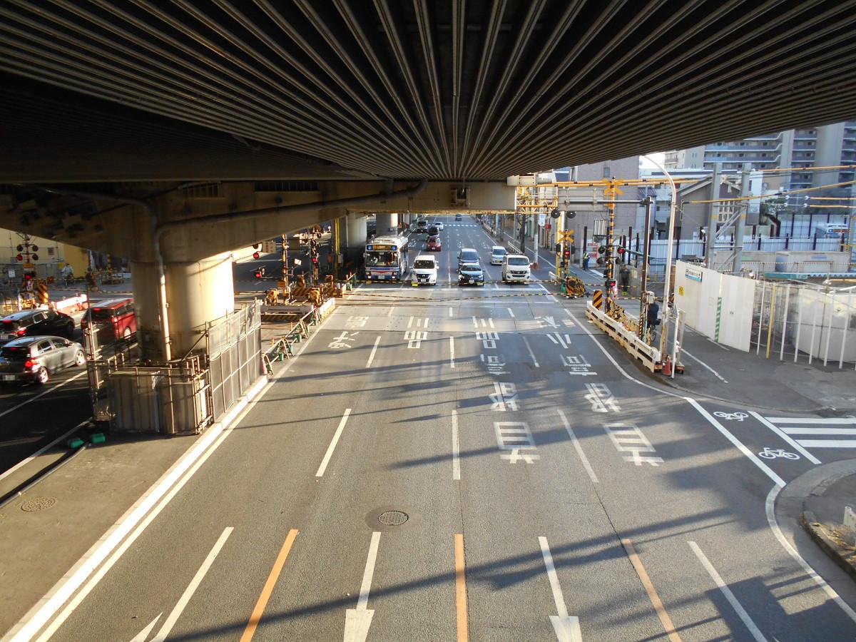 【ビフォー】産業道路北方向。東京方面に向かう通行量は多く、踏切が下りると、待機する車の列が徐々に長くなりました。(写真は遮断直後の様子)