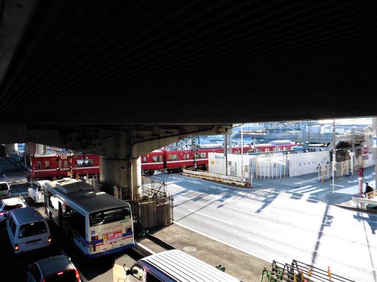 【ビフォー】産業道路を横断する京急川崎行き列車。遮断中は、車が長く連なります。