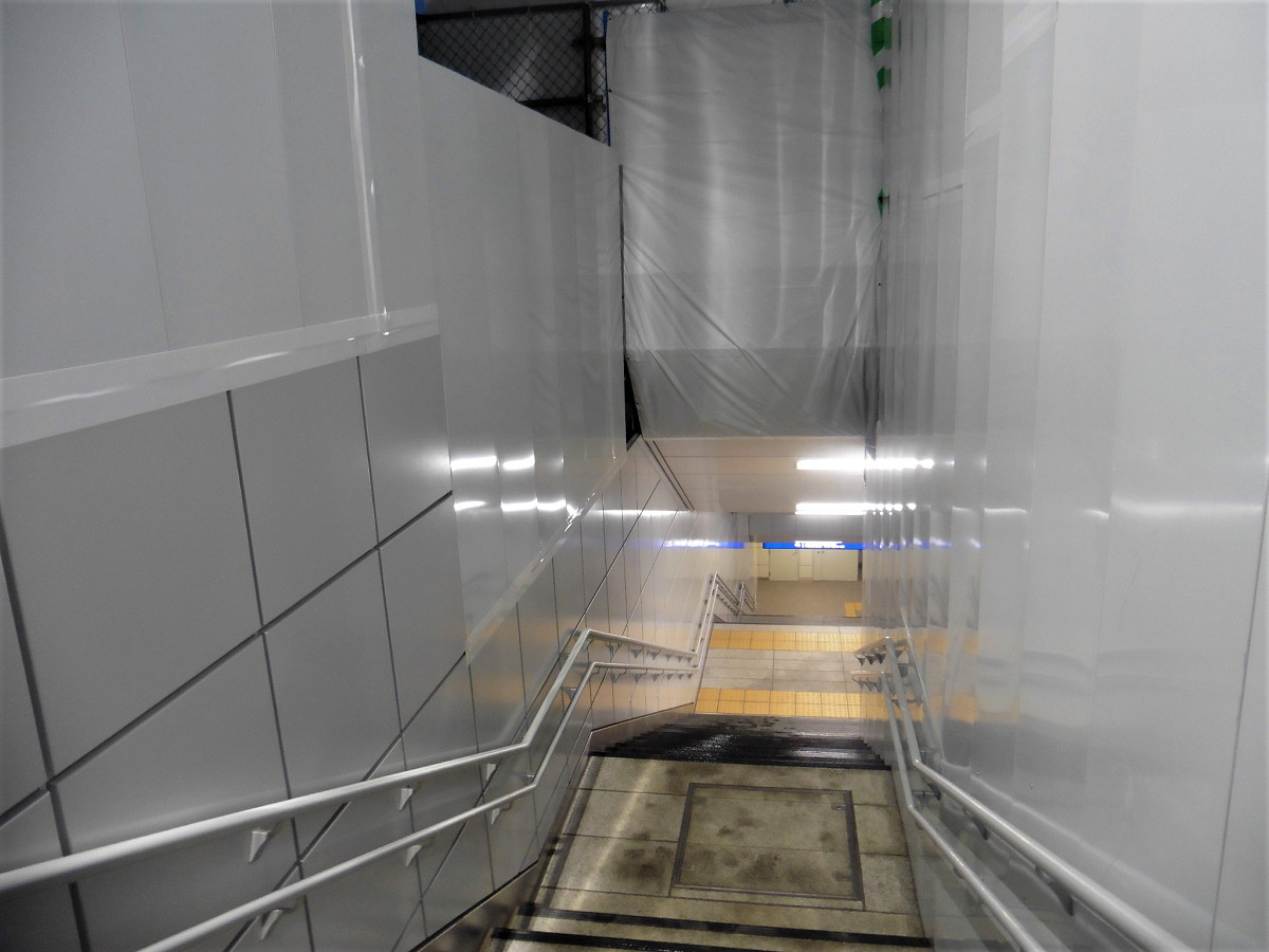 産業道路駅地下ホームへのアクセス。ホームは地下2階部分にあるため、一定の距離があります。階段のみの通路のほか、階段の隣にエスカレーターを設けた通路も別にあります。