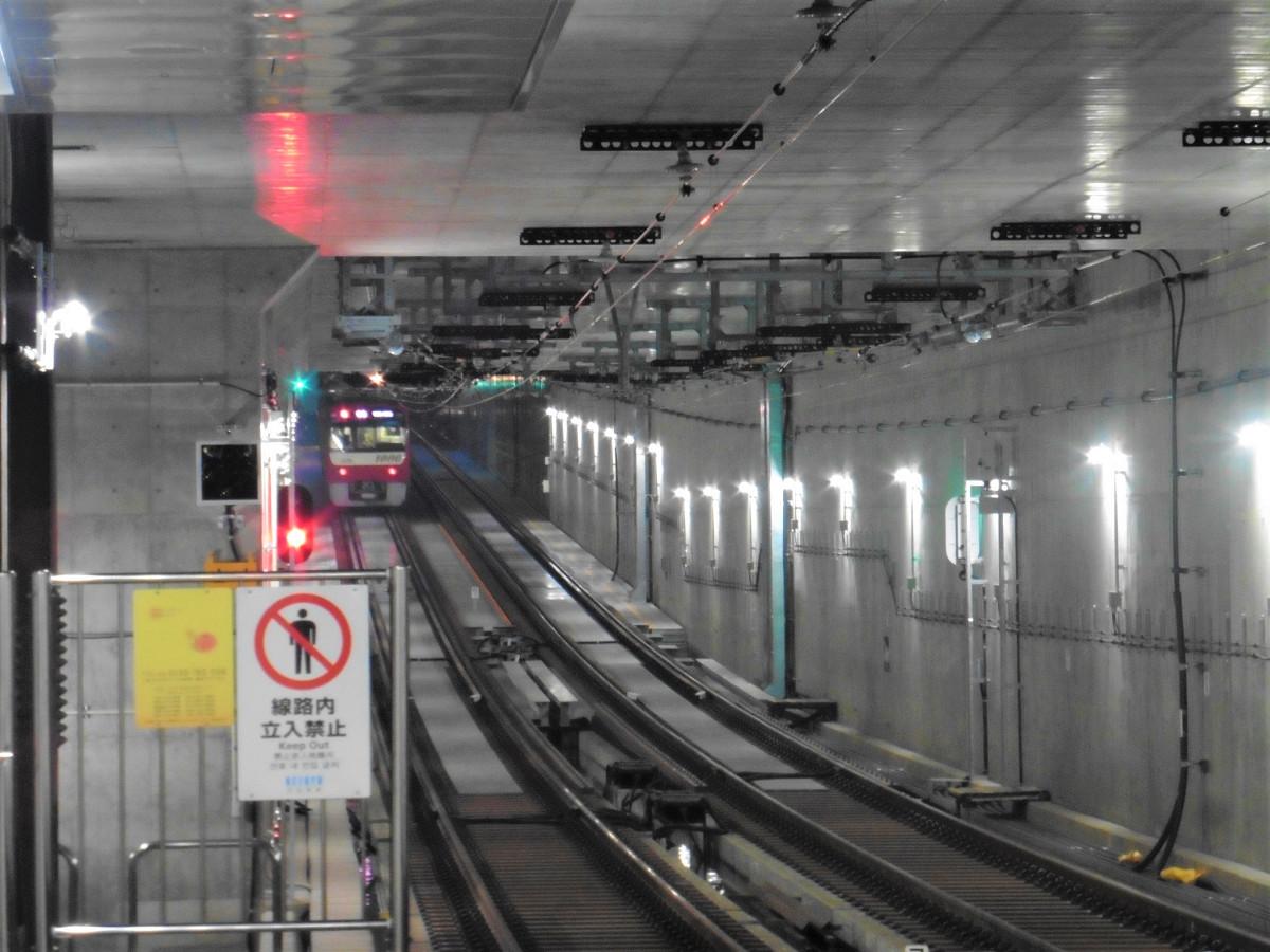 京急川崎方面へ向かう列車。地下約14メートルの地点から、勾配区間を400メートルほど進み、地上線に出ます。