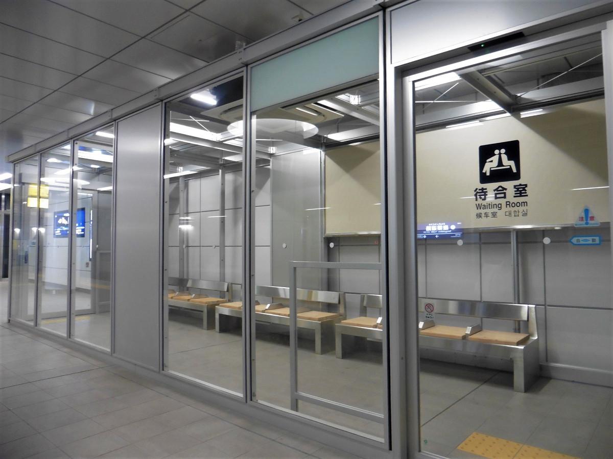 京急川崎方面のホームには、待合室が設けられました。