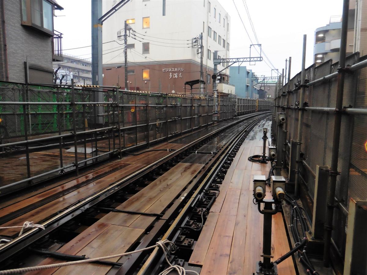 同じく小島新田方面(切り替え後の地上部分)。地下線切り替え前は、単線の緩やかなカーブを列車が行き来していました。