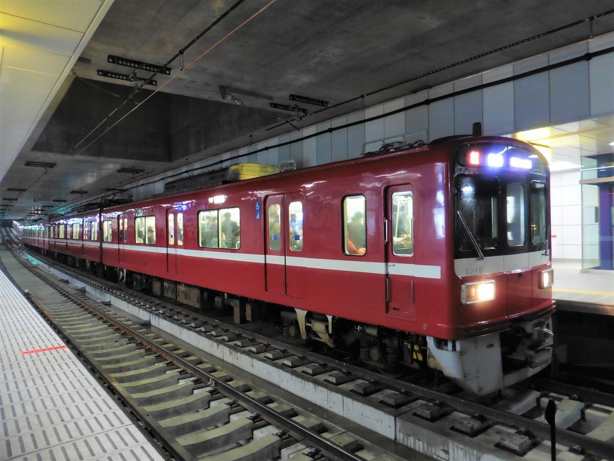 小島新田行き列車。ホームは4両編成に対応した長さで設けられ、現段階では前後の余裕はそれほどない状態です。将来的には、6両編成に対応できるようになっています。