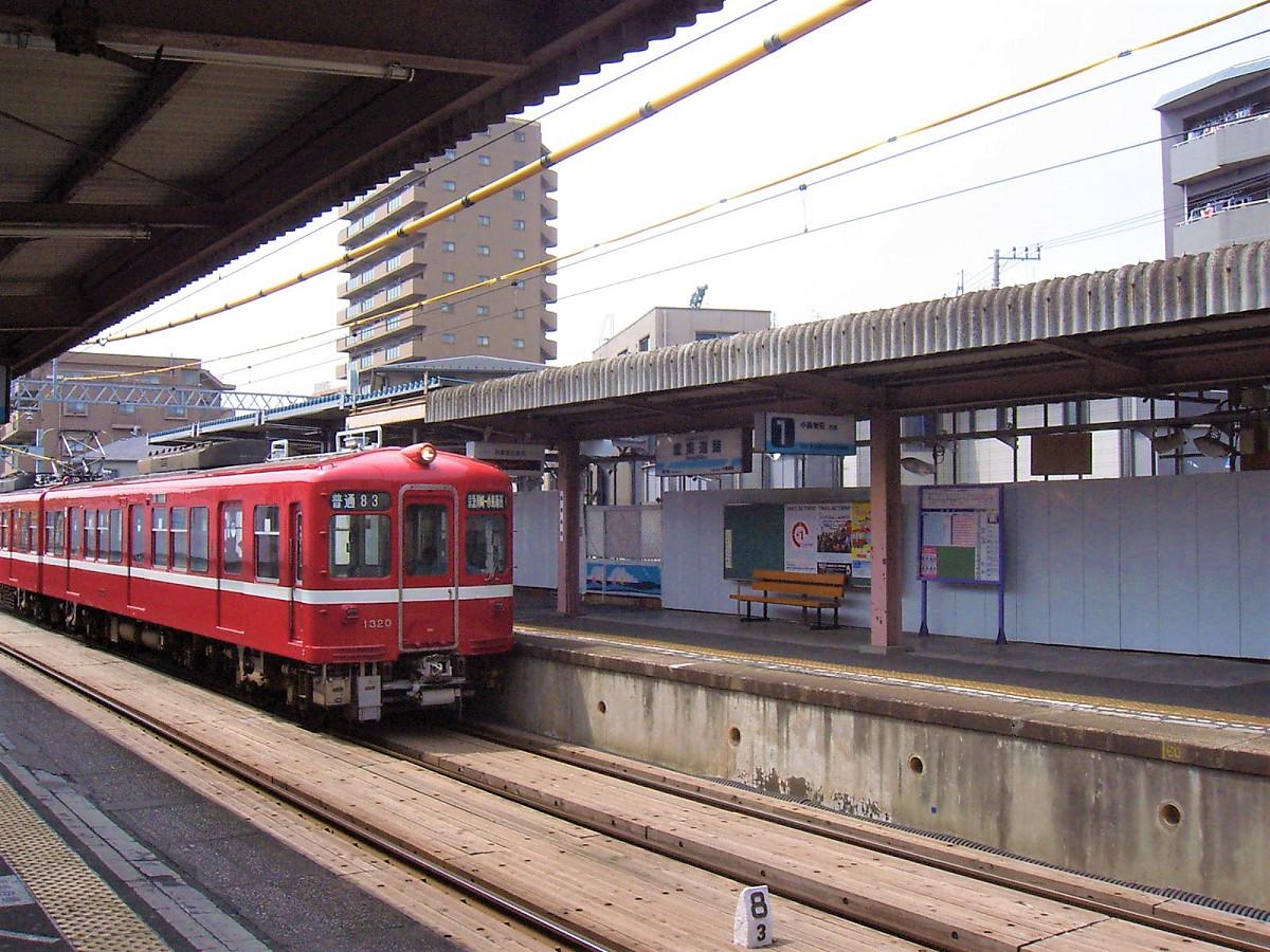 小島新田行き列車。車両は初代1000形です。