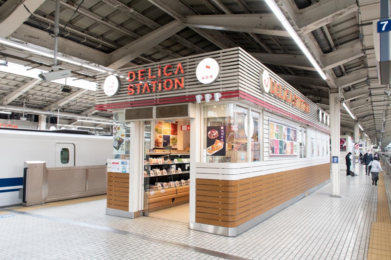 東京駅18・19番ホーム7号車付近の売店「デリカステーション」。プレミアムアイスクリームを取り扱っています