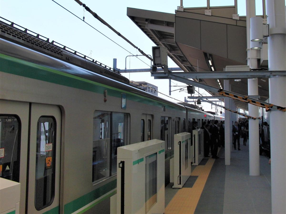 ホームドアも10両編成に対応。3月16日に運用が始まりました。